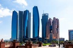 Wolkenkratzer und Landschaftsgestaltungselemente in der Mitte von Abu Dhabi nahe dem Emirat-Palast stockbild
