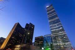 Wolkenkratzer und moderne Gebäude an der Dämmerung in Chaoyang-Bezirk, Peking Lizenzfreies Stockfoto