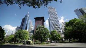 Wolkenkratzer und Natur stock video footage