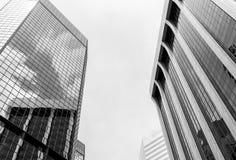 Wolkenkratzer und Reflexionen im Monochrom Lizenzfreies Stockfoto