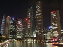 Wolkenkratzer und Singapur-Fluss Stockfoto