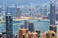 Wolkenkratzer und Stadt nahe Hafen in Hong Kong Lizenzfreies Stockfoto