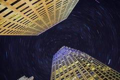 Wolkenkratzer und Sternspuren Stockfoto