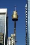 Wolkenkratzer und Sydney-Kontrollturm Lizenzfreie Stockbilder