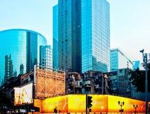 Wolkenkratzer und verfallende Gebäude in Macau Lizenzfreie Stockfotos