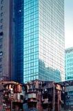 Wolkenkratzer und verfallende Gebäude in Macau Stockfotos