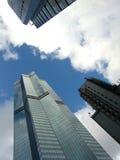 Wolkenkratzer unter den Himmeln Stockbilder