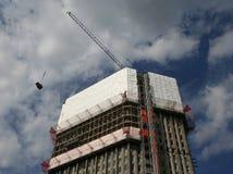 Wolkenkratzer unter Erneuerung lizenzfreie stockbilder