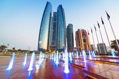 Wolkenkratzer von Abu Dhabi bei Sonnenuntergang Lizenzfreie Stockbilder