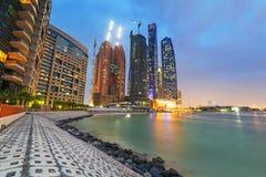 Wolkenkratzer von Abu Dhabi nachts, UAE Lizenzfreie Stockfotos
