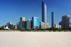 Wolkenkratzer von Abu Dhabi vom Strand Lizenzfreies Stockbild