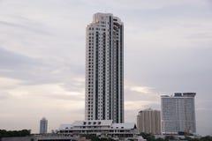 Wolkenkratzer von der Brückenansicht mit dem blauen Himmel sichtbar Lizenzfreies Stockfoto