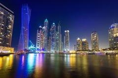 Wolkenkratzer von Dubai-Jachthafen nachts Stockfotografie