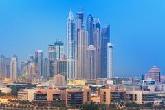 Wolkenkratzer von Dubai-Jachthafen nachts Stockbilder