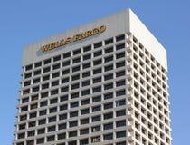 Wolkenkratzer Wells Fargo Bank im Himmel Lizenzfreie Stockfotografie