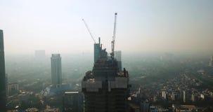 Wolkenkratzerbau am nebeligen Tag stock footage