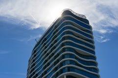 Wolkenkratzergebäude mit curvy organischen Formen Modernes architectur stockbild