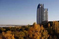 Wolkenkratzergebäudetürme über Bäumen Stockbild