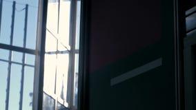 Wolkenkratzerglaswandinnere mit Sonnenblendenfleck stock footage