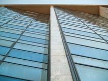Wolkenkratzerperspektive mit diagonalen schmutzigen Fenstern lizenzfreie stockbilder