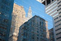 Wolkenkratzerreflexionen lizenzfreie stockbilder