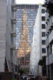 Wolkenkratzerschattenbild an der Dämmerung Stockfotos