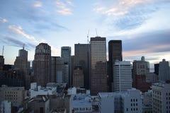 Wolkenkratzerschattenbild an der Dämmerung Stockfotografie