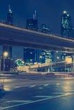 Wolkenkratzerverkehr durch im Stadtzentrum gelegen Stockfotografie