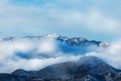 Wolkenmeer auf den Steigungen des Berges Stockfotos
