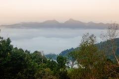 Wolkenmeer an der D?mmerung mit Blick auf Gebirgszug Nan-Provinz, Thailand lizenzfreie stockfotografie