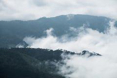 Wolkennebelbewegung durch Berg Lizenzfreie Stockbilder
