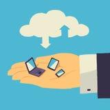 Wolkenopslag over menselijke hand met tablet, laptop en smartphone Stock Foto's