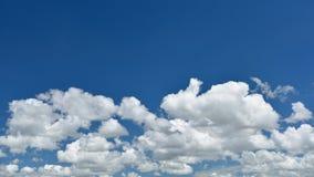 Wolkenpanorama des blauen Himmels und des Weiß Stockbild