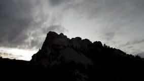 Wolkenpas over onderstel rushmore stock footage