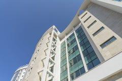 Wolkenreflexion und blauer Himmel in den Fenstern Lizenzfreie Stockfotografie