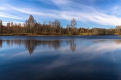 Wolkenreflexionen im See Stockfotos