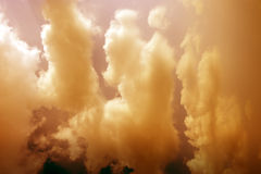 Wolkenschicht und -himmel im Sonnenuntergang lizenzfreies stockfoto