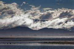 Wolkenschichten auf Hügeln stockfoto