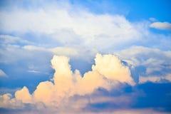 Wolkensonnenaufgang oder -sonnenuntergang des blauen Himmels und des Weiß Stockfotos