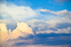 Wolkensonnenaufgang oder -sonnenuntergang des blauen Himmels und des Weiß Stockbild