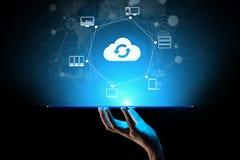 Wolkentechnologie Gegevensverwerking en gegevensopslag Internet en voorzien van een netwerkconcept op het virtuele scherm stock foto's