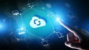 Wolkentechnologie Gegevensverwerking en gegevensopslag Internet en voorzien van een netwerkconcept op het virtuele scherm stock afbeeldingen