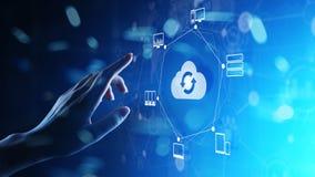 Wolkentechnologie Gegevensverwerking en gegevensopslag Internet en voorzien van een netwerkconcept op het virtuele scherm stock afbeelding