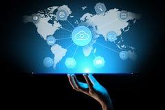 Wolkentechnologie gegevensverwerking, Internet en voorzien van een netwerkconcept op het virtuele scherm stock afbeelding