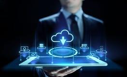 Wolkentechnologiedatenspeicherung, die Datenverarbeitungsinternet-Konzept verarbeitet Geschäftsmann, der Knopf auf Schirm bedräng lizenzfreies stockbild