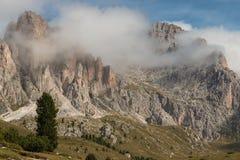 Wolkenumstellung über Gebirgszug in den Dolomit Lizenzfreie Stockfotografie