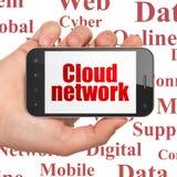 Wolkenvernetzungskonzept: Übergeben Sie das Halten von Smartphone mit Wolken-Netz auf Anzeige Lizenzfreie Stockfotos