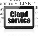 Wolkenvernetzungskonzept: Tablet-Computer mit Wolken-Service an der Anzeige Lizenzfreie Stockfotos