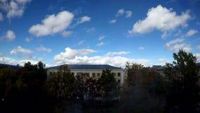 Wolkenvlieg over de daken van huizen stock video