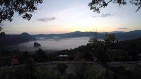 Wolkenvlotter op ochtendvallei stock videobeelden